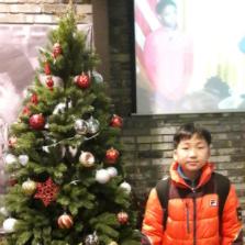크리스마스트리 앞에서 아들사진!